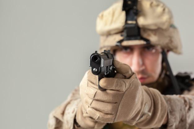 Soldado, camuflagem, segurando, rifle Foto Premium