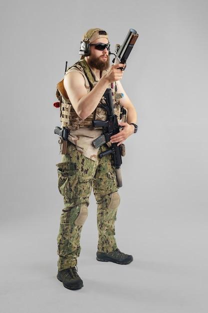 Soldado das forças especiais com o rifle no branco. Foto Premium