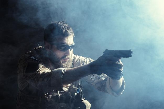 Soldado das forças especiais com rifle Foto Premium