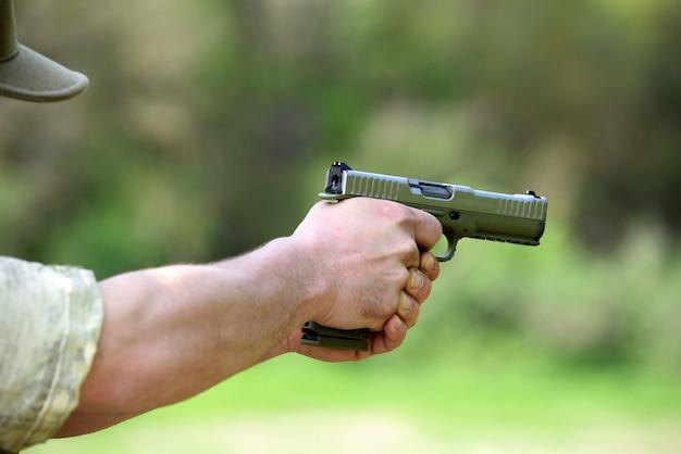 Soldado mirando com uma pistola automática Foto Premium