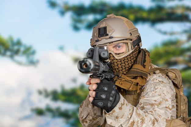 Soldado moderno com rifle Foto Premium