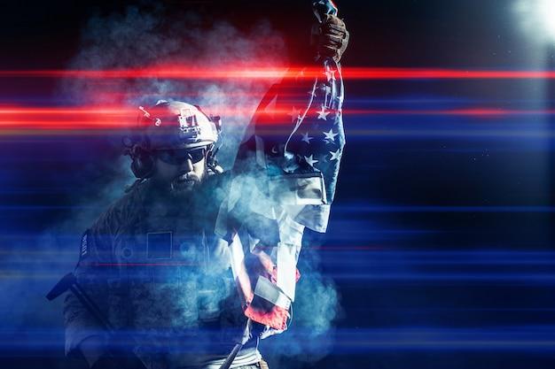 Soldado segurando a metralhadora com a bandeira nacional Foto Premium