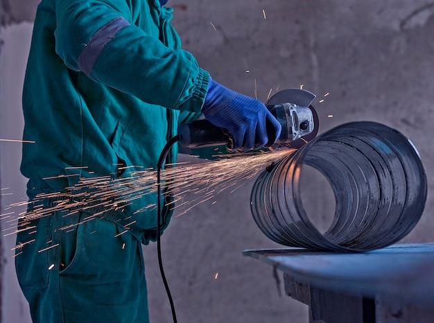 Soldagem a arco de aço no canteiro de obras Foto gratuita