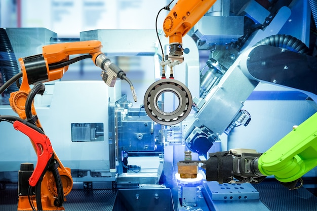 Soldagem robótica industrial e robô segurando trabalhando na fábrica inteligente Foto Premium