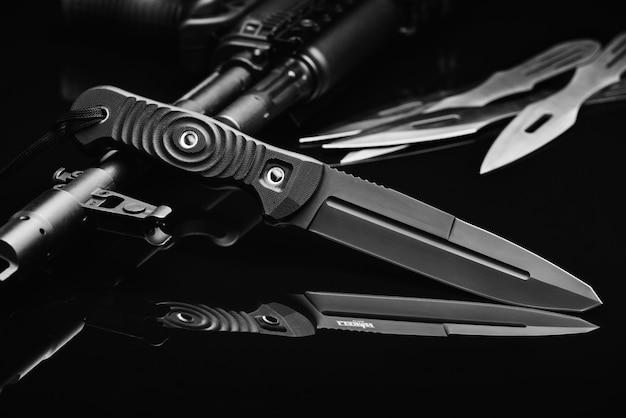 Soldas combate faca e arma Foto Premium