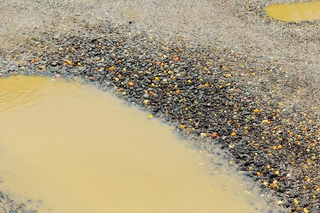 , solo marrom molhado em uma estrada rural suja depois da chuva Foto Premium
