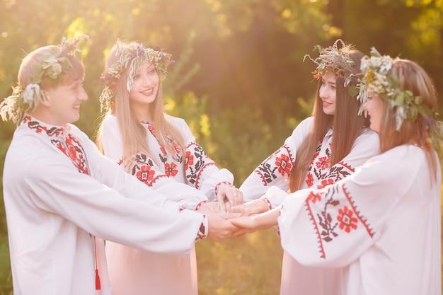 Solstício de verão, um grupo de jovens de aparência eslava na celebração do solstício de verão. Foto Premium