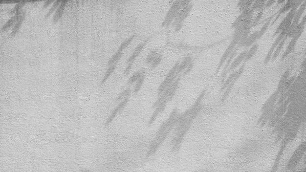 Sombra dos ramos de árvore na parede velha do cimento. Foto Premium