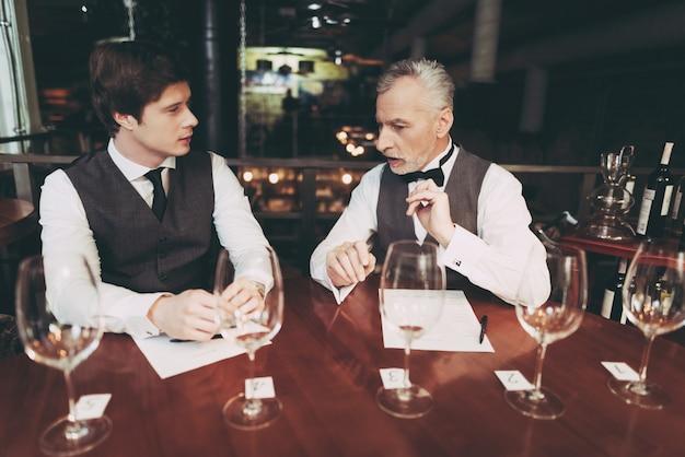 Sommelier confiante faz lista de vinhos no restaurante. Foto Premium
