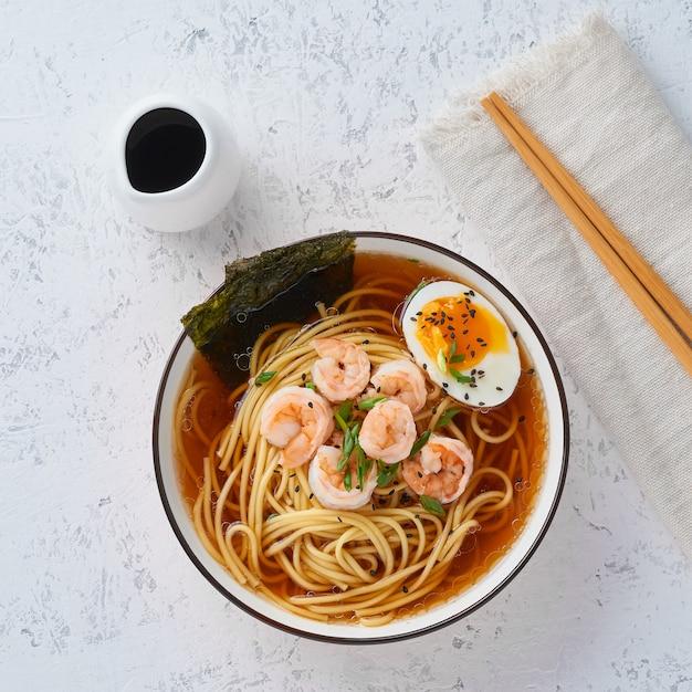 Sopa asiática com macarronetes, ramen com camarões. Foto Premium