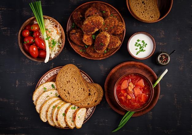 Sopa borscht ou vermelho ucraniano tradicional russo com suculentas deliciosas costeletas de carne Foto Premium