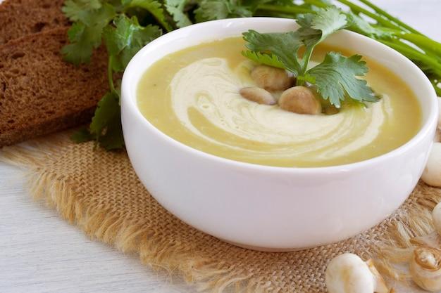 Sopa caseira de cogumelos Foto Premium