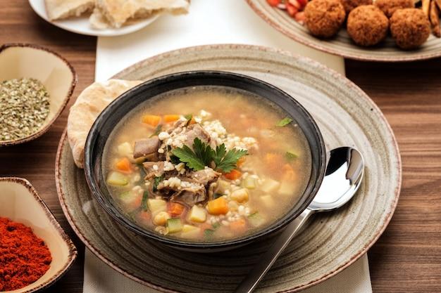 Sopa com carne, grão de bico e legumes, Foto Premium