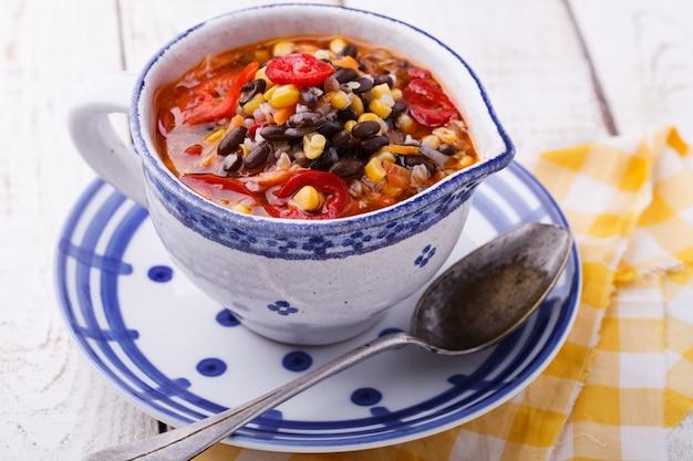 Sopa com feijão preto, trigo mourisco, pimenta vermelha e milho. Foto Premium