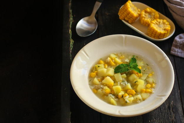 Sopa com milho e legumes (primeiro prato, prato vegetariano) Foto Premium