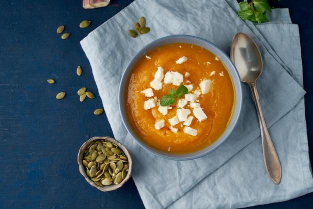 Sopa creme de abóbora com queijo groat, outono comida caseira Foto Premium