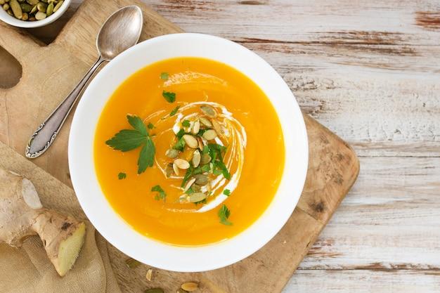 Sopa creme de vista superior com sementes e salsa Foto gratuita