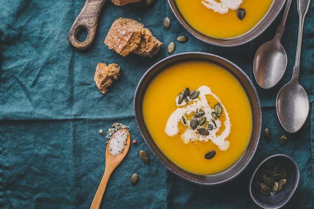 Sopa cremosa de abóbora outono em tigelas Foto Premium
