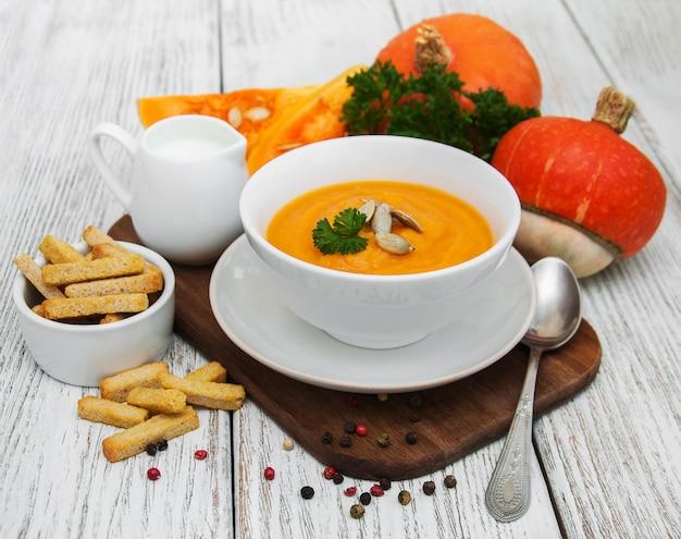 Sopa de abóbora com abóboras frescas Foto Premium
