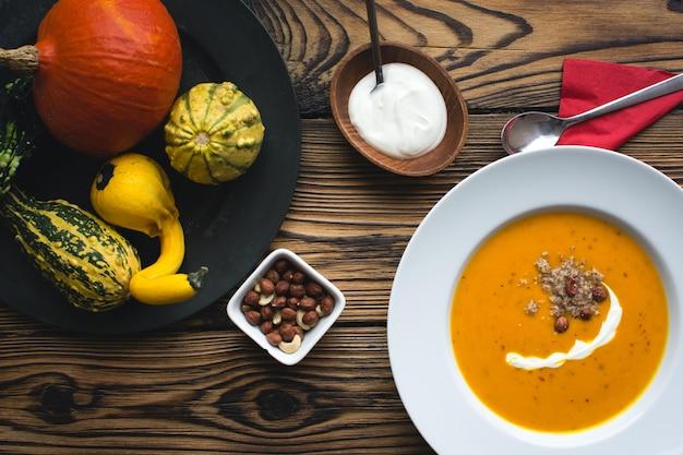 Sopa de abóbora cremosa com creme e avelãs Foto gratuita