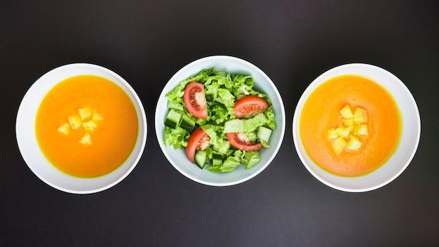 Sopa de abóbora e salada Foto gratuita
