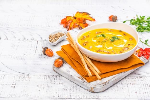 Sopa de abóbora em fundo de outono Foto Premium
