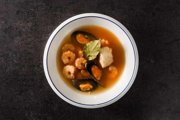 Sopa de bouillabaisse francês em preto Foto Premium