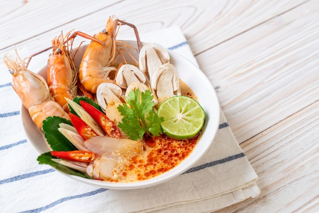 Sopa de camarão picante (tom yum goong) Foto Premium