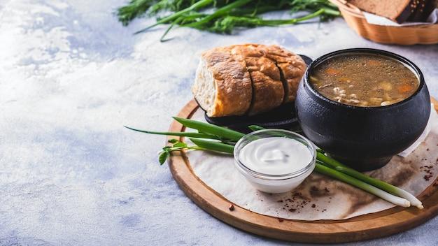 Sopa de carne cogumelos em uma panela. . Foto Premium