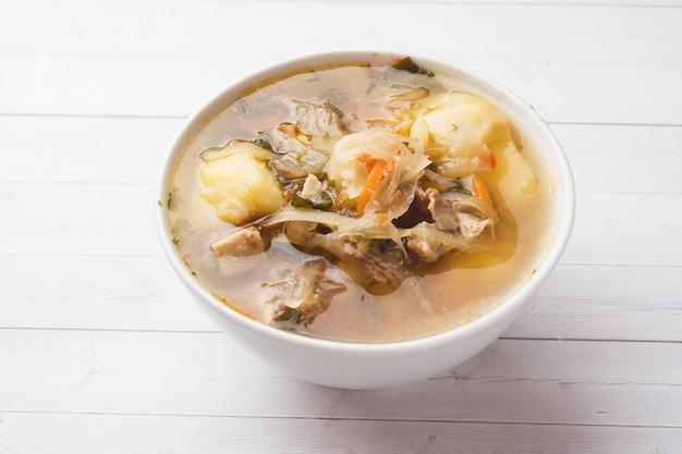 Sopa de chucrute, caldo de carne no prato. Foto Premium