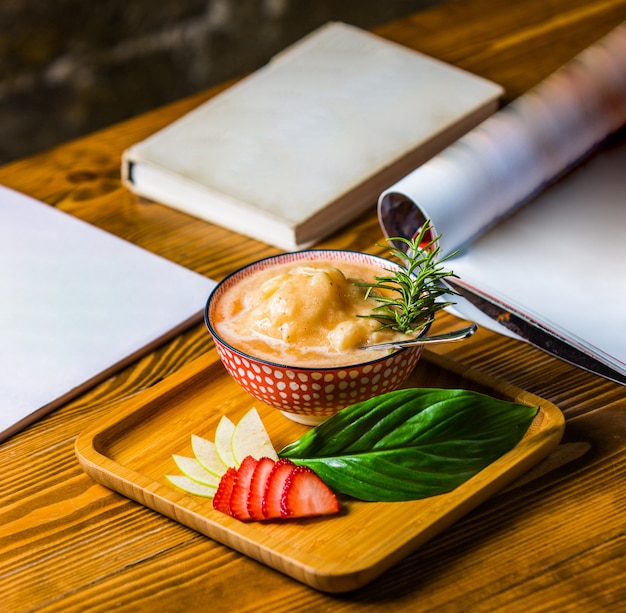 Sopa de galinha em caldo com folhas frescas de alecrim e orégano verde. Foto gratuita
