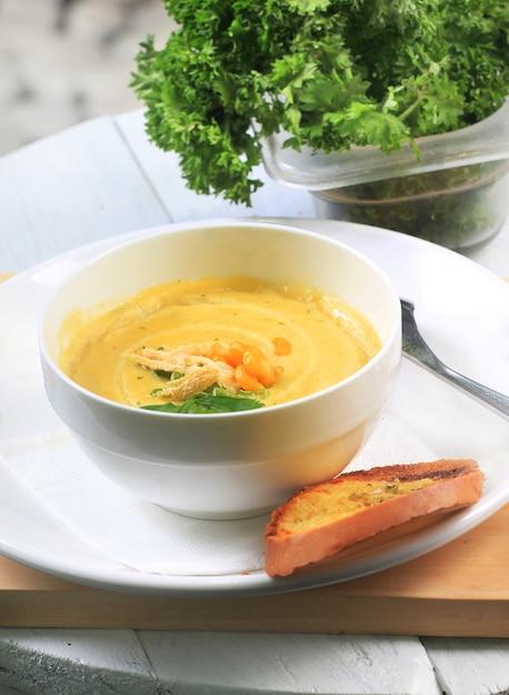 Sopa de galinha quente, refeição deliciosa comida de manhã Foto Premium