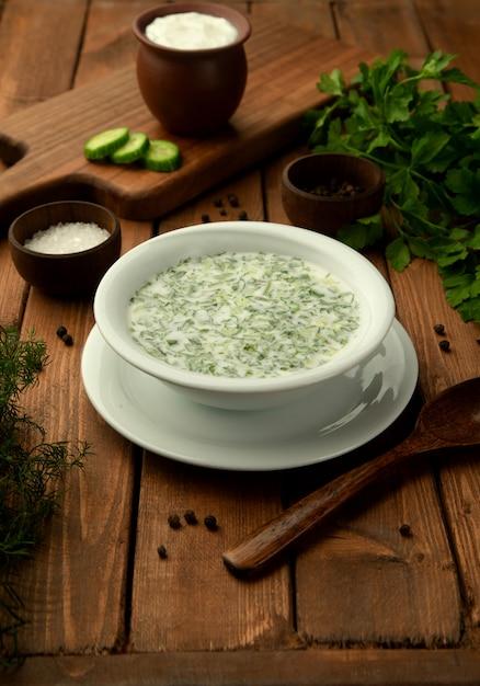 Sopa de iogurte doghramaj do azerbaijão com ervas frescas Foto gratuita