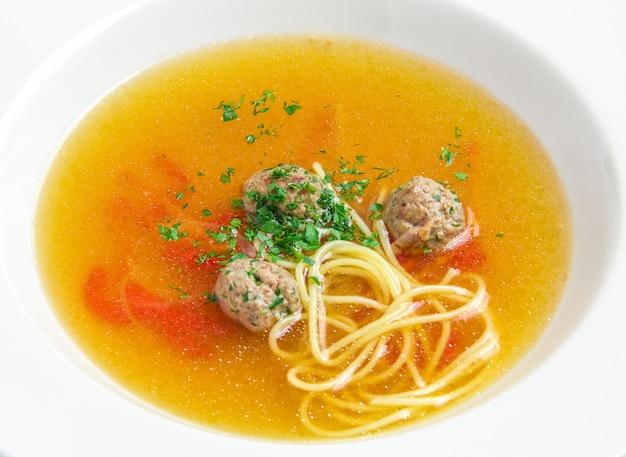 Sopa de legumes com almôndegas Foto gratuita