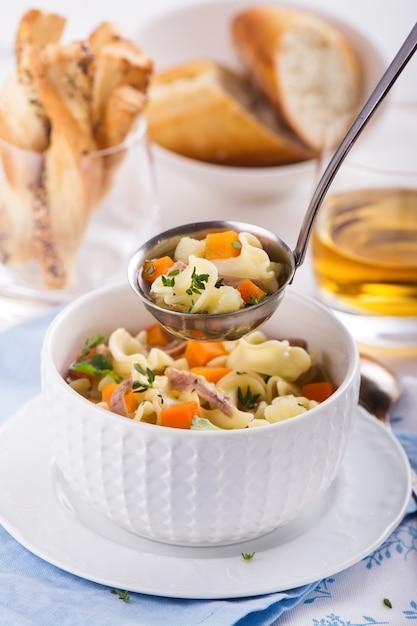 Sopa de macarrão de galinha Foto Premium