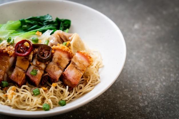 Sopa de macarrão de ovo com barriga de porco crocante e wonton Foto Premium