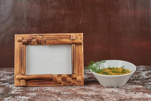 Sopa de macarrão em caldo com ervas e especiarias Foto gratuita