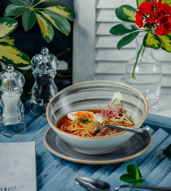 Sopa de macarrão em cima da mesa Foto gratuita