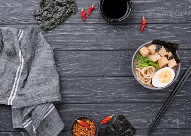 Sopa de macarrão ramen asiático na mesa de madeira Foto gratuita