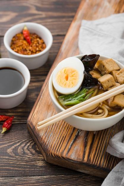 Sopa de macarrão ramen asiático na tábua Foto gratuita