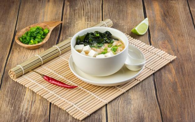 Sopa de miso japonesa em uma tigela branca Foto Premium