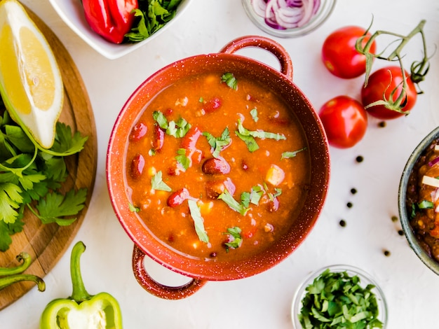 Sopa de pimentão em panela de cerâmica Foto gratuita
