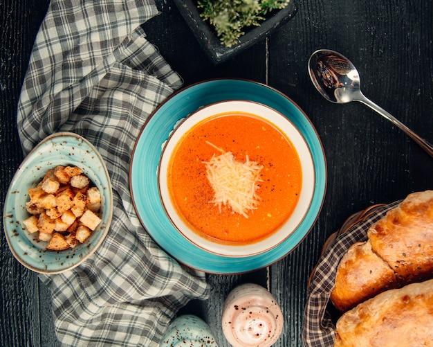 Sopa de tomate coberta com queijo Foto gratuita