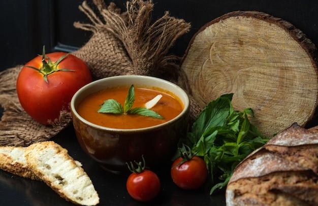 Sopa de tomate, guarnecida com queijo e hortelã Foto gratuita
