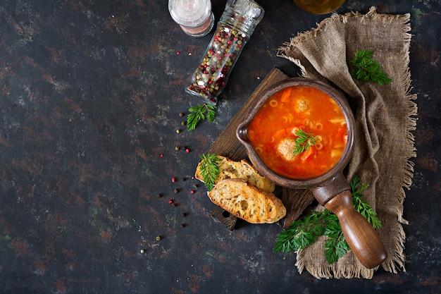 Sopa de tomate picante com almôndegas, massas e legumes. jantar saudável. vista do topo Foto gratuita