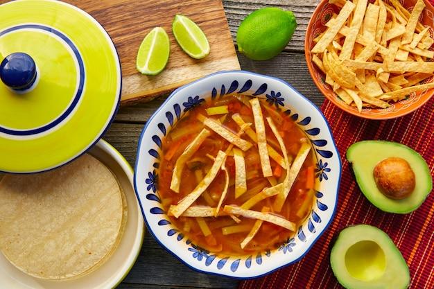 Sopa de tortilla mexicana e aguacate Foto Premium