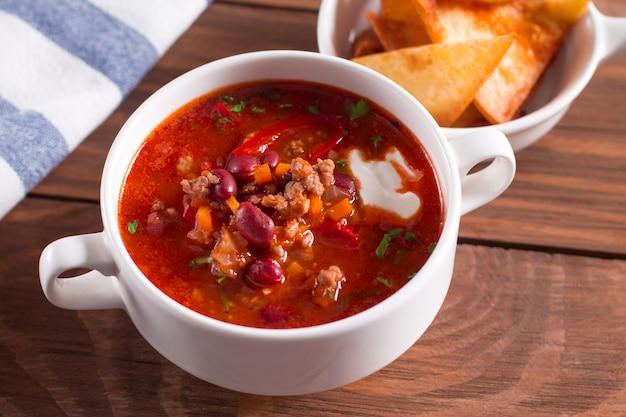 Sopa deliciosa com feijão, alho e tomate fresco Foto Premium