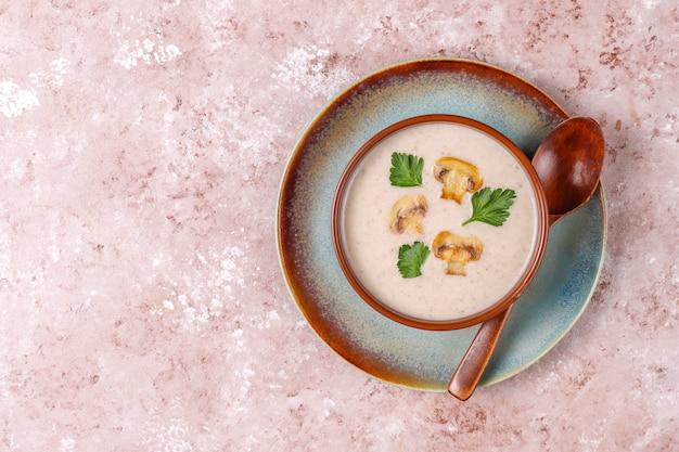 Sopa deliciosa de creme de cogumelos caseiros, vista superior Foto gratuita
