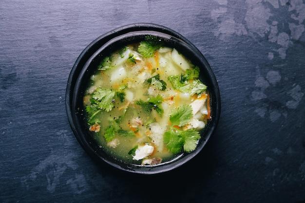 Sopa deliciosa na tigela preta Foto gratuita
