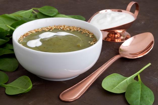 Sopa do espinafre do vegetariano em uma placa branca. Foto Premium